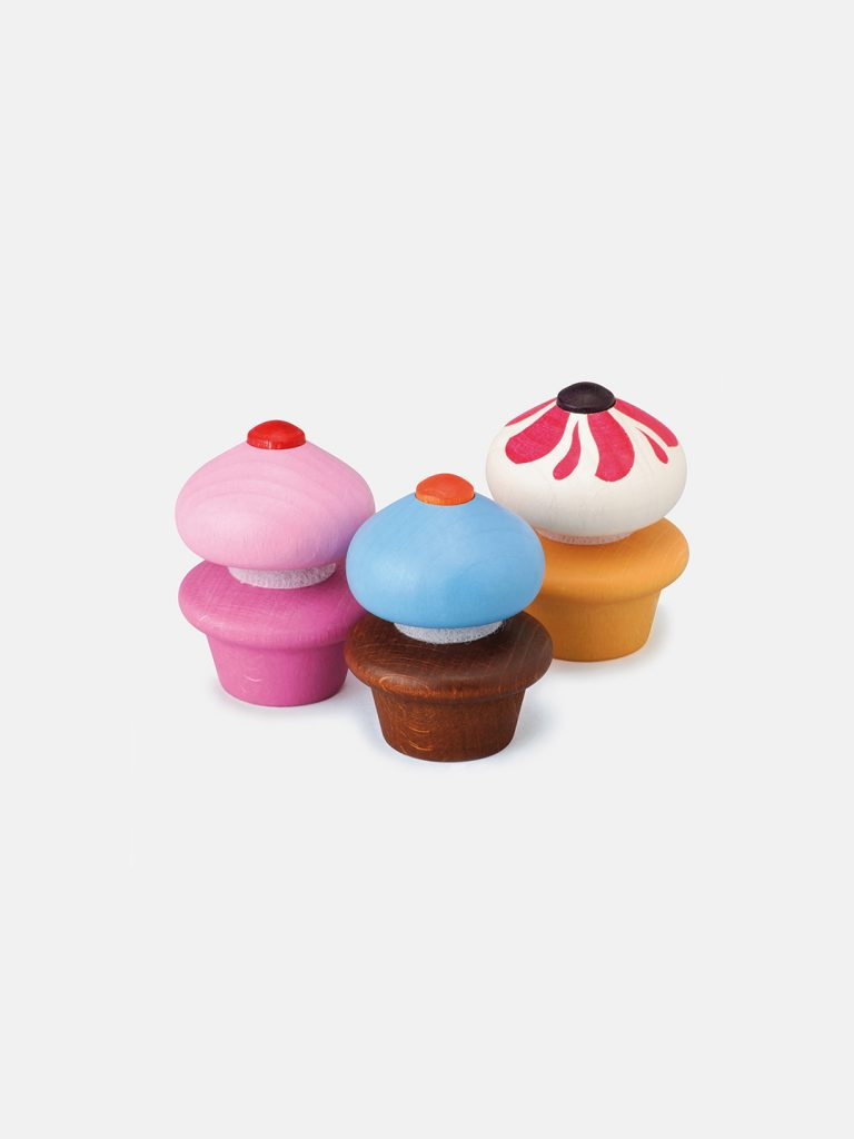 Realistic play food for toddlers – wooden Cupcakes for play kitchen, eco-friendly and safe, made in Germany by Erzi.